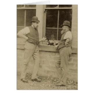 Antike Männer der Fotografie zwei, die Bier Karte