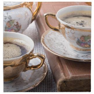 Antike PorzellanKaffeetassen mit heißem Espresso Serviette
