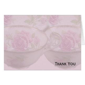 Antike rosa Rosen-Tee-Schale auf Malvenfarbe Karte