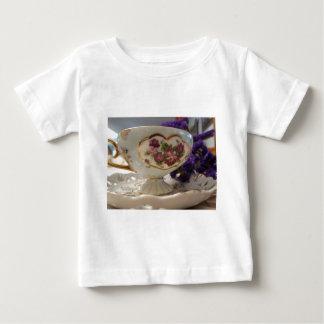 Antike Tee-Tasse und Untertasse Baby T-shirt
