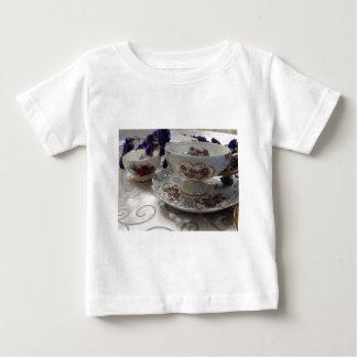 Antike Tee-Tasse und Untertasse mit antikem Sugar Baby T-shirt