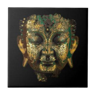 Antiker Bronzebuddha stellen Geschenke durch Keramikfliese