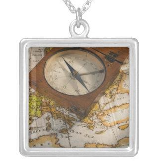Antiker Kompass auf Karte Personalisierte Halskette