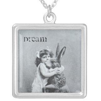 Antiker Postkarten-Mädchen-Osterhasen-Traum Halskette Mit Quadratischem Anhänger