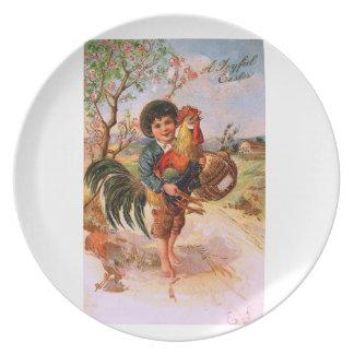 Antiker Postkarten-Ostern-Jungen-Hahn Flacher Teller