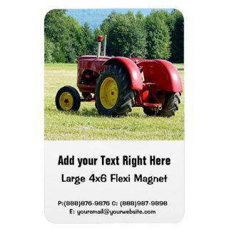 Antiker roter und gelber Traktor auf dem Gebiet Vinyl Magnete