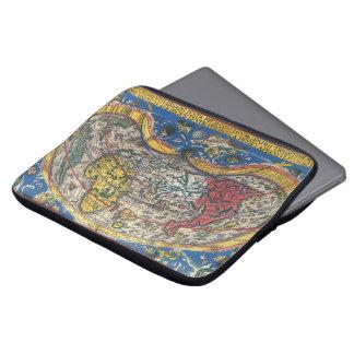 Antikes Herz-geformte Weltkarte durch Peter Apian Laptop Sleeve