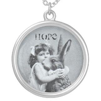 Antikes Ostern-Postkarten-Mädchen-Häschen-Hopfen Halskette Mit Rundem Anhänger