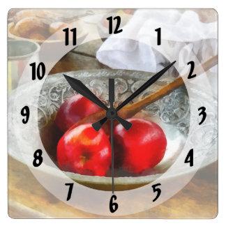 Äpfel in einer silbernen Schüssel Quadratische Wanduhr