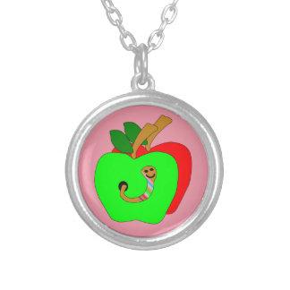 Äpfel mit Wurm-Halskette