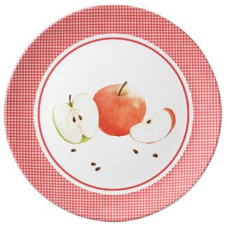 Äpfel und karierte Porzellanplatte Teller