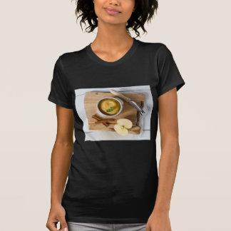 Apfelmus mit Zimt in der Steingutschüssel T-Shirt