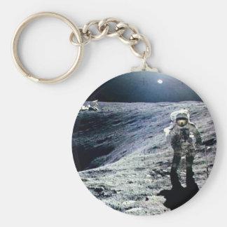 Apollo-Astronaut, der auf den Mond und den Krater Standard Runder Schlüsselanhänger
