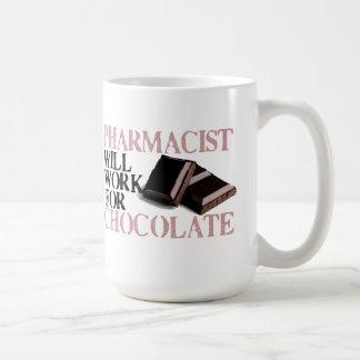 Apotheker arbeitet für Schokolade Tasse