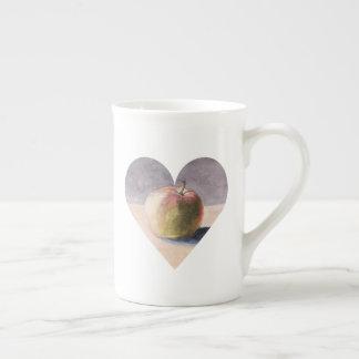 Apple auf Tabelle - Malerei im Herzen Porzellantasse