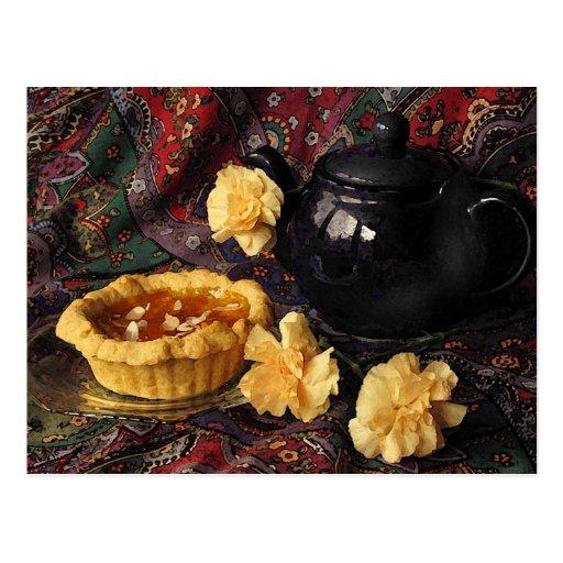 Aprikosen-Törtchen mit Teekanne und Gartennelken Postkarte
