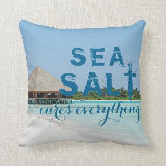 """Aqua-blauer Strand mit """"Seesalz-Heilungen alles """" Kissen"""
