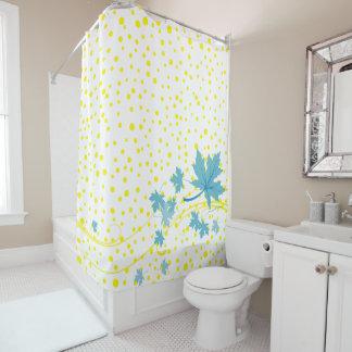 Aquaahorn-Blätter und gelbe Polkapunkte Duschvorhang