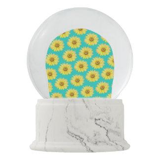 Aquamarines Muster der Sonnenblumen Schneekugel