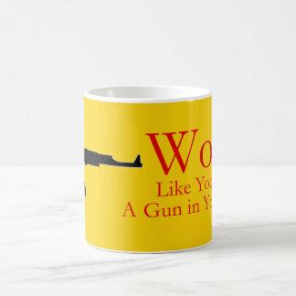 Arbeit wie Sie haben ein Gewehr in Ihrer hinteren Kaffeetasse