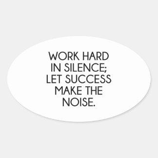 Arbeiten schwer in der Ruhe; Lassen Sie Succes die Ovaler Aufkleber