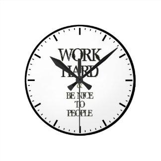 Arbeiten Sie schwer und seien Sie zum Wanduhr