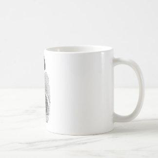Arbeitshand, die Hammer hält Kaffeetasse