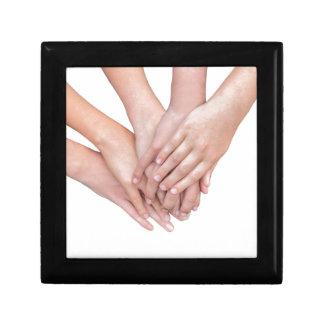 Arme der Mädchenhände auf einander Geschenkbox