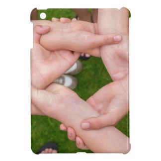 Arme mit den Händen der Mädchen, die sich halten iPad Mini Hülle