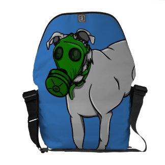 Armee-Hund, der eine Gasmaske trägt Kurier Taschen