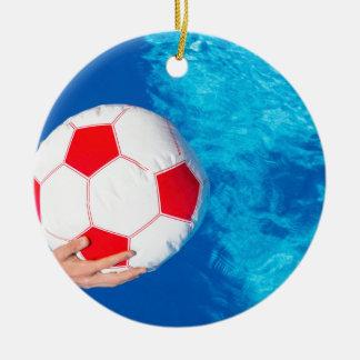 Armholding-Wasserball über Swimmingpoolwasser Rundes Keramik Ornament
