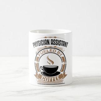 Arzt-Assistent getankt durch Kaffee Kaffeetasse