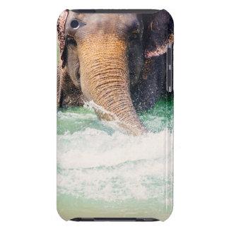 Asiatischer Elefant, der im Wasser, Tier spritzt Barely There iPod Hüllen