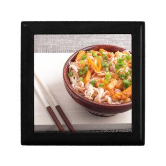 Asiatischer Teller der Nahaufnahme der Reisnudeln Geschenkbox