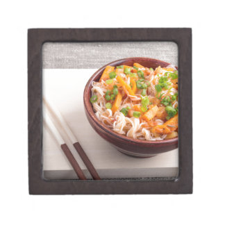Asiatischer Teller der Nahaufnahme der Reisnudeln Kiste