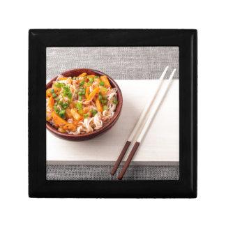 Asiatischer Teller der Reisnudel- und Schmuckschachtel