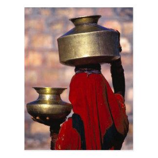 Asien, Indien, Rajasthan. Eine lokale Frau in eine Postkarten