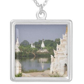 Asien, Myanmar (Birma), Mandalay. Ein Buddhist Versilberte Kette