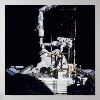 Astronaut, der im Laderaum (STS-61B, arbeitet) Poster
