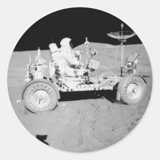 Astronaut, der MondLander auf dem Mond fährt Runder Aufkleber