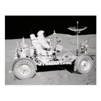 Astronaut, der MondLander auf dem Mond fährt Postkarte