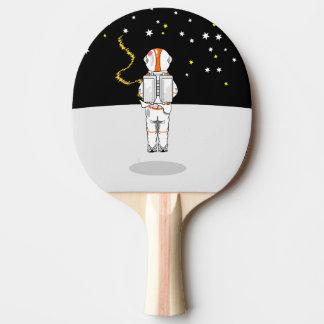 Astronaut gefangenes kurzes Weeing im Raum Tischtennis Schläger