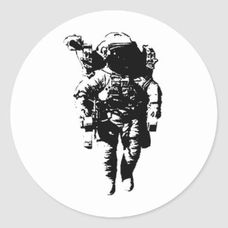 Astronaut im Raum Runder Aufkleber