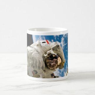 Astronaut in der kaffeetasse