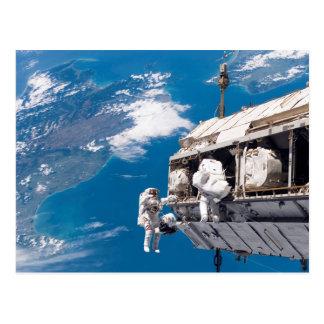 Astronauten-Weltraumspaziergang über Erde Postkarte