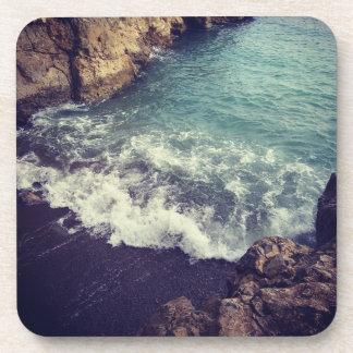Atemberaubende Ozeanwellen, die in Ufer Untersetzer