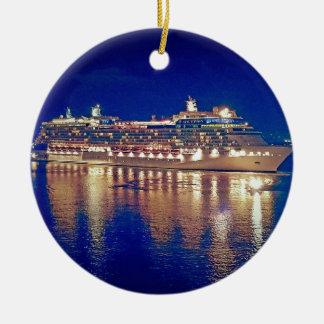 Atemberaubende SchiffNightlights, die über Wasser Keramik Ornament