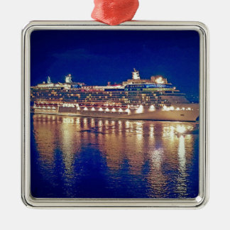 Atemberaubende SchiffNightlights, die über Wasser Silbernes Ornament
