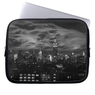 Ätherische Wolken: NYC Skyline, Reich-Staat Gbd BW Laptopschutzhülle