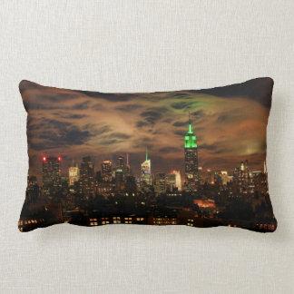Ätherische Wolken: NYC Skyline, Reich-Staat Gbd Lendenkissen